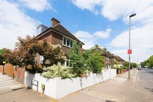 Burntwood Lane Apartment, Apartmanok  London - big - 28