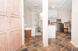 Семейный номер с ванной комнатой и мини-кухней