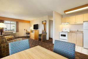 Queen Suite with Sofa Bed with Water View - Pet Friendly/Non-Smoking