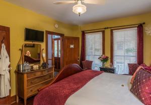 Deluxe King Room - Garnet Room