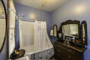 King Room - Sapphire Room