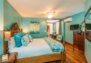 Deluxe King Room - Aquamarine Room