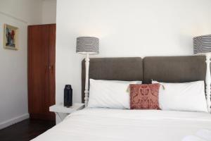 Værelse med queensize-seng og haveudsigt