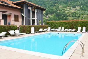 Residence Pool Dolphin
