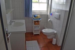 Landhaus-am-Deich-Wohnung-Moewe, Apartmány  Tönning - big - 28