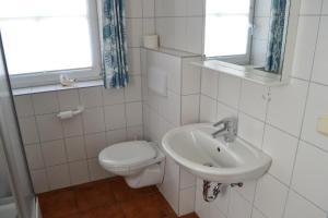 Landhaus-am-Deich-Wohnung-Moewe, Apartmány  Tönning - big - 26
