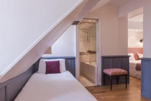Quadruple Room with four single beds