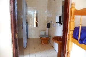 Lit Simple dans Dortoir pour Hommes avec Salle de Bains Commune