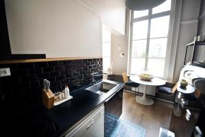 Apartment Rue Royale, Apartmány  Lille - big - 28