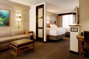 Værelse med 2 queensize-senge og sovesofa (øvre etage)