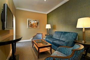 Apartament typu Suite z łóżkiem typu queen-size i dostępem do salonu