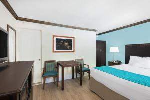 Room with king bed, nonsmoking