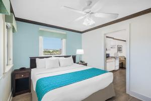 Suite with King Bed, Two double Beds and Pool View