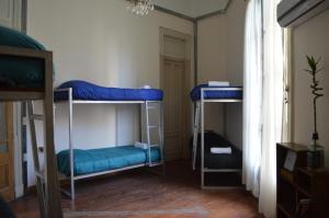 Łóżko piętrowe w koedukacyjnym pokoju wieloosobowym