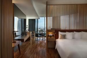 SO King Studio Room with Skyline City View and Club Signature Benefits