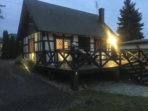 Dom nad jeziorem idealny na rodzinny wypoczynek, Dovolenkové domy  Sapowice - big - 1