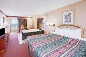 Lakefront Deluxe King Room with Spa Bath - Non-Smoking