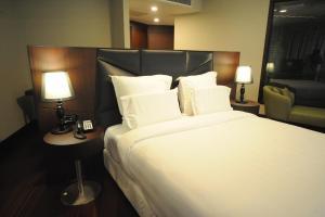 Suite Executive con cama extragrande y acceso al salón