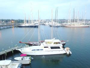 Ocean Romance Dockside Bed & Breakfast Yacht, Bed and breakfasts  Newport - big - 1