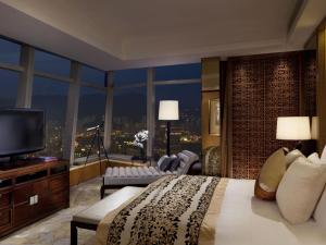 Premier Executive Suite with King Bed, Club Lounge Access
