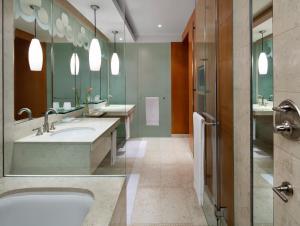 Zimmerausstattung: Ankleidezimmer, Aussicht, Bademantel, Badewanne,  Badewanne Oder Dusche, Badezimmer, Bettwäsche, Bettwäsche/Handtücher Gegen  Aufpreis, ...