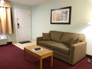 Deluxe Queen Suite with Sofa Bed - Exterior Access