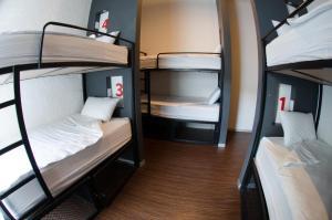 Cama en habitación compartida de 6 camas con baño