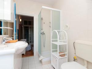 Two-Bedroom Apartment in Rab VI, Apartmány  Barbat na Rabu - big - 4