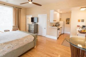 Deluxe King Studio with Kitchen - 118A