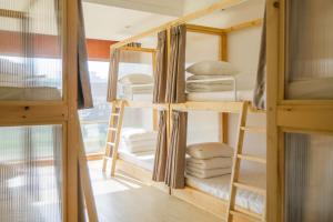Cama en dormitorio compartido masculino de 8 camas