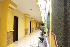RedDoorz near Ambarukmo Plaza 3, Penzióny  Yogyakarta - big - 12