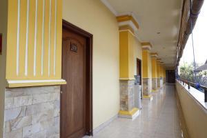 RedDoorz near Ambarukmo Plaza 3, Penzióny  Yogyakarta - big - 17