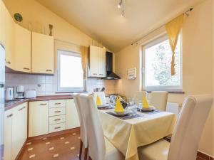 Two-Bedroom Apartment in Zbandaj, Apartmanok  Žbandaj - big - 24