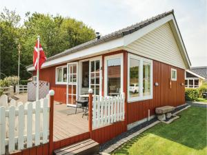 Three-Bedroom Holiday Home in Bjert, Prázdninové domy  Sønder Bjert - big - 2