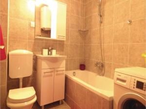 Three-Bedroom Holiday home in Split, Dovolenkové domy  Split - big - 10