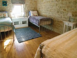 Four-Bedroom Holiday Home in Genouille, Case vacanze  Génouillé - big - 4