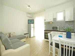 Apartment Makarska with Sea View XII, Апартаменты  Макарска - big - 3