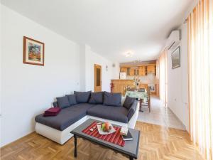 Three-Bedroom Apartment in Kastel Novi, Апартаменты  Каштела - big - 7
