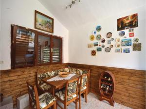 Six-Bedroom Holiday Home in Kastel Novi, Case vacanze  Kastel Novi - big - 5