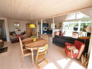 Three-Bedroom Holiday Home in Ebeltoft, Case vacanze  Ebeltoft - big - 2