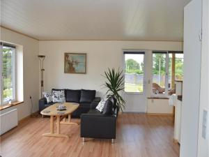 Three-Bedroom Holiday Home in Juelsminde, Дома для отпуска  Sønderby - big - 9
