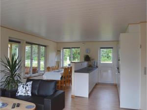 Three-Bedroom Holiday Home in Juelsminde, Prázdninové domy  Sønderby - big - 8