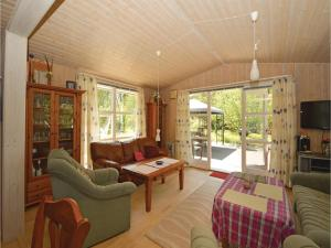 Three-Bedroom Holiday Home in Farvang, Holiday homes  Fårvang - big - 11