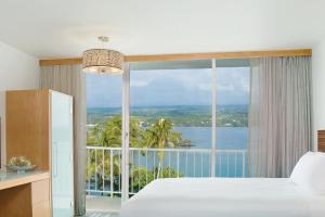 Queen Room with Roll In Shower and Ocean View - Mobility Access