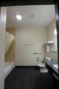 Queen Room with Bathtub - Disability Access/Non-Smoking
