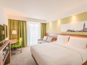 Pokoj s pohovkou a manželskou postelí velikosti Queen