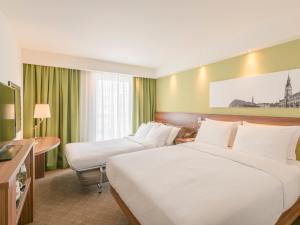 Rodinný dvoulůžkový pokoj s manželskou postelí a rozkládací pohovkou