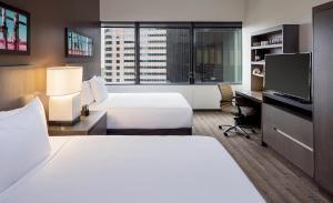 Chambre Lit Queen-Size avec Baignoire et Canapé-lit - Accessible aux Personnes à Mobilité Réduite