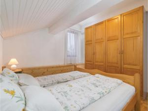 Four-Bedroom Holiday home with Sea View in Porec, Dovolenkové domy  Poreč - big - 17