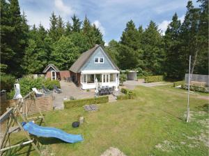 Three-Bedroom Holiday home with a Fireplace in Blåvand, Case vacanze  Blåvand - big - 17